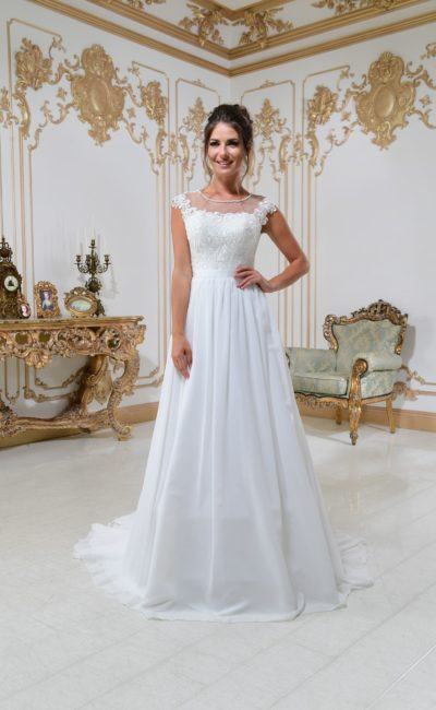 Свадебное платье «принцесса» с поясом и закрытым лифом, украшенным кружевом.