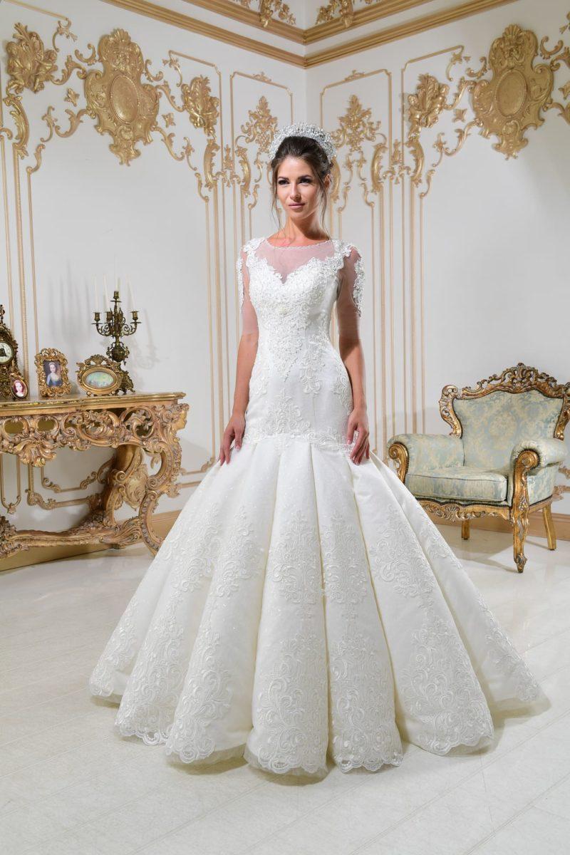 Свадебное платье «русалка» с оригинальной юбкой и прозрачной вставкой над лифом.