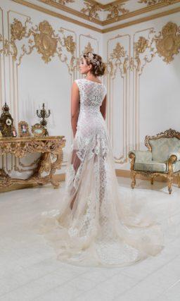 Свадебное платье с кружевным верхом и соблазнительной полупрозрачной юбкой.