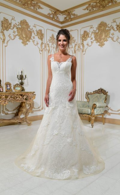 Свадебное платье с заниженной талией, открытой спинкой и кружевным декором.