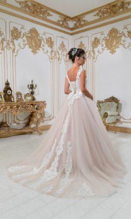 Свадебное платье с юбкой в пудровых тонах и кружевным корсетом белого цвета.