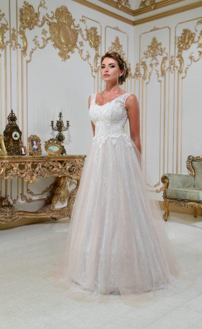 Свадебное платье «принцесса» в классическом стиле, с кружевом и открытой спинкой.