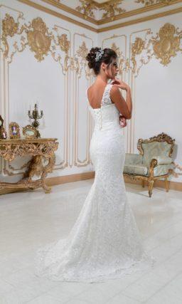 Кружевное свадебное платье «русалка» с поясом и кружевными бретелями над лифом.