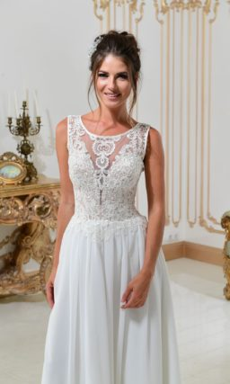 Свадебное платье прямого кроя с закрытым лифом и глубоким вырезом сзади.