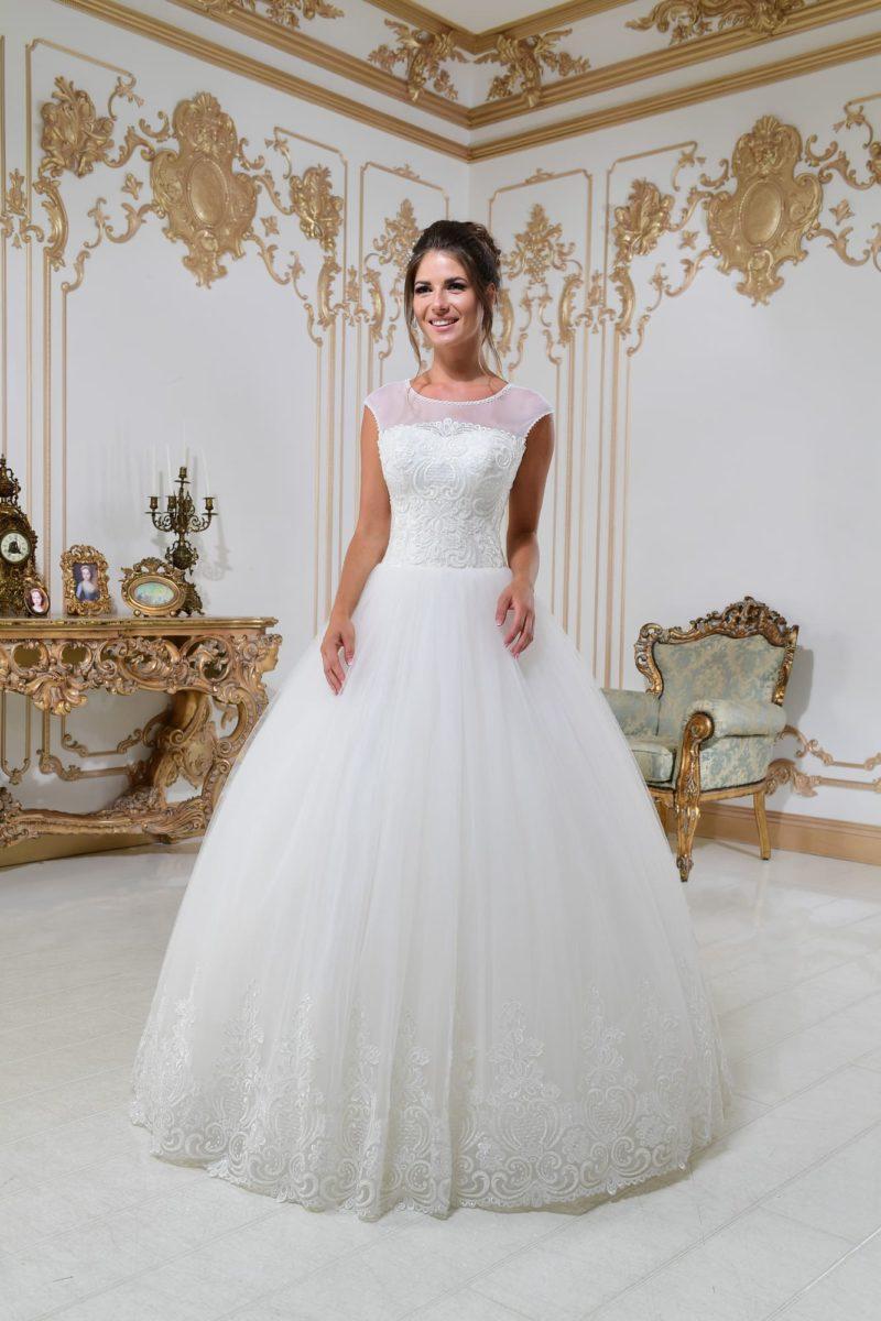 Свадебное платье с вырезом под горло и многослойной юбкой пышного силуэта.