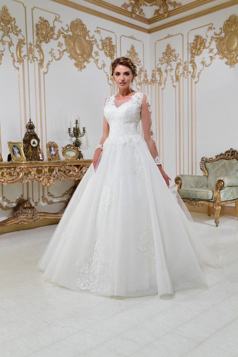 Свадебное платье А-силуэта с закрытым верхом и плотным кружевным декором.
