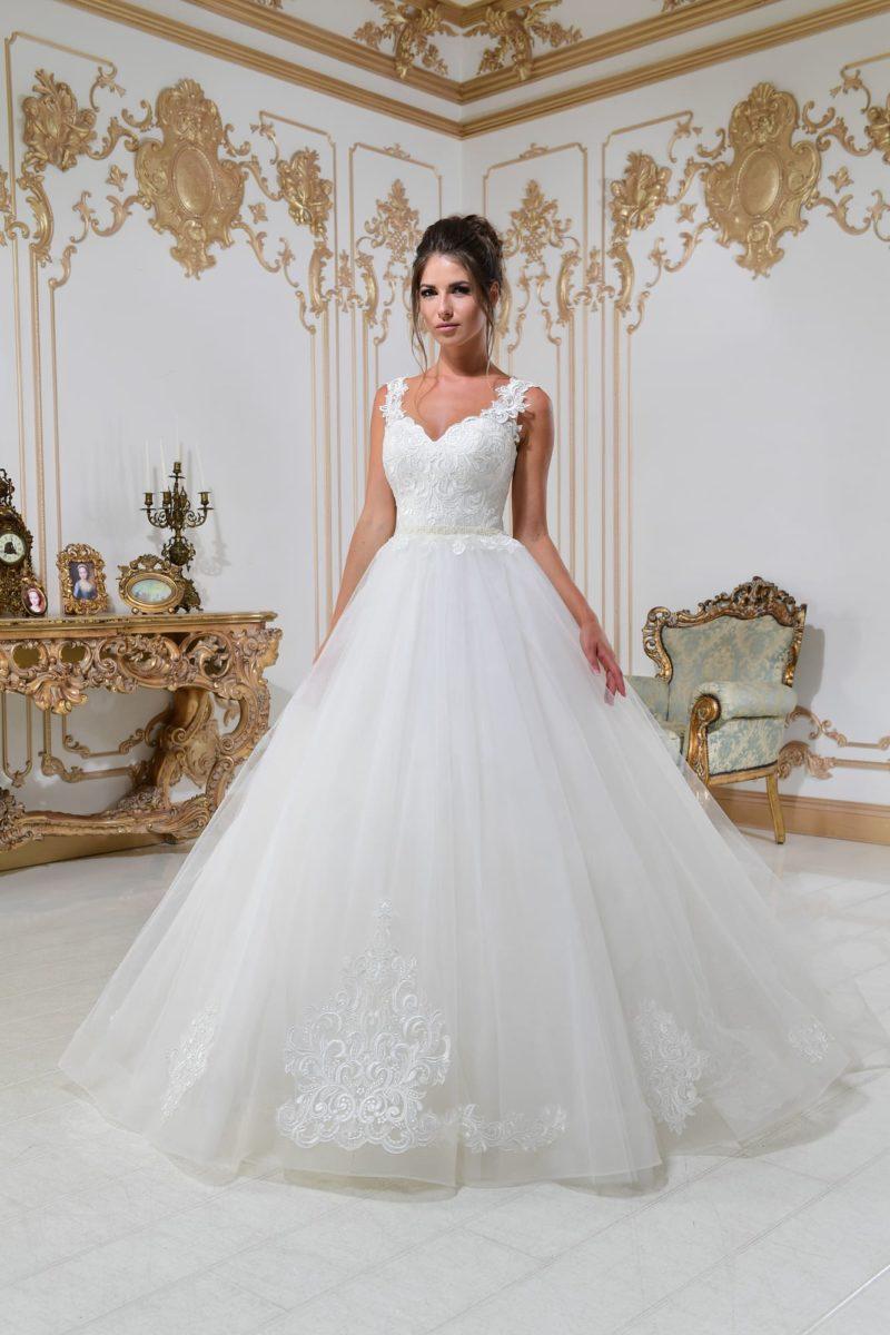 Свадебное платье женственного силуэта с элегантным кружевным лифом и поясом.
