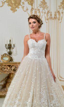 Свадебное платье А-силуэта в бежевых тонах, с белым кружевом и открытым лифом.