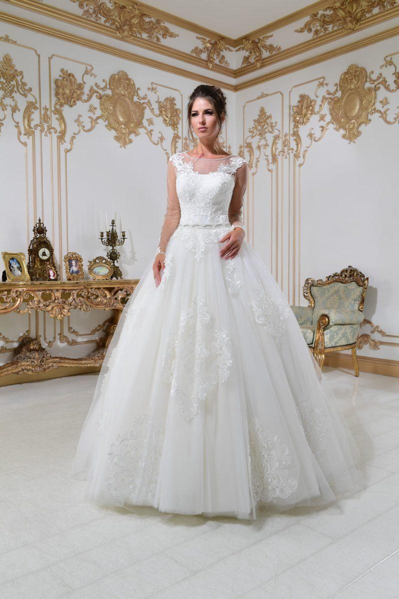 Свадебное платье с длинным рукавом и роскошными кружевными деталями.
