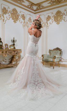 Свадебное платье «рыбка» с открытым лифом и эффектной кружевной отделкой.