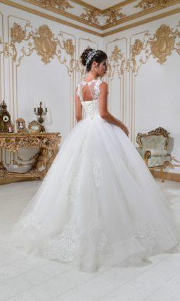 Свадебное платье пышного кроя с открытой спинкой и аппликациями из кружева.