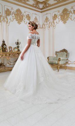 Свадебное платье «принцесса» с портретным декольте и кружевной отделкой.