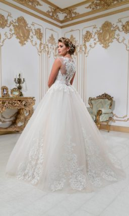 Свадебное платье с многослойной юбкой и плотным кружевным декором по всей длине.