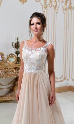 Свадебное платье А-силуэта в персиковых тонах, с белым кружевом на лифе.