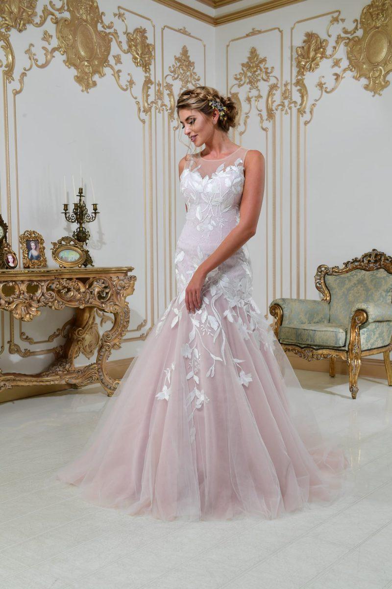 Свадебное платье «русалка» с крупным белым кружевом на пудровой подкладке.