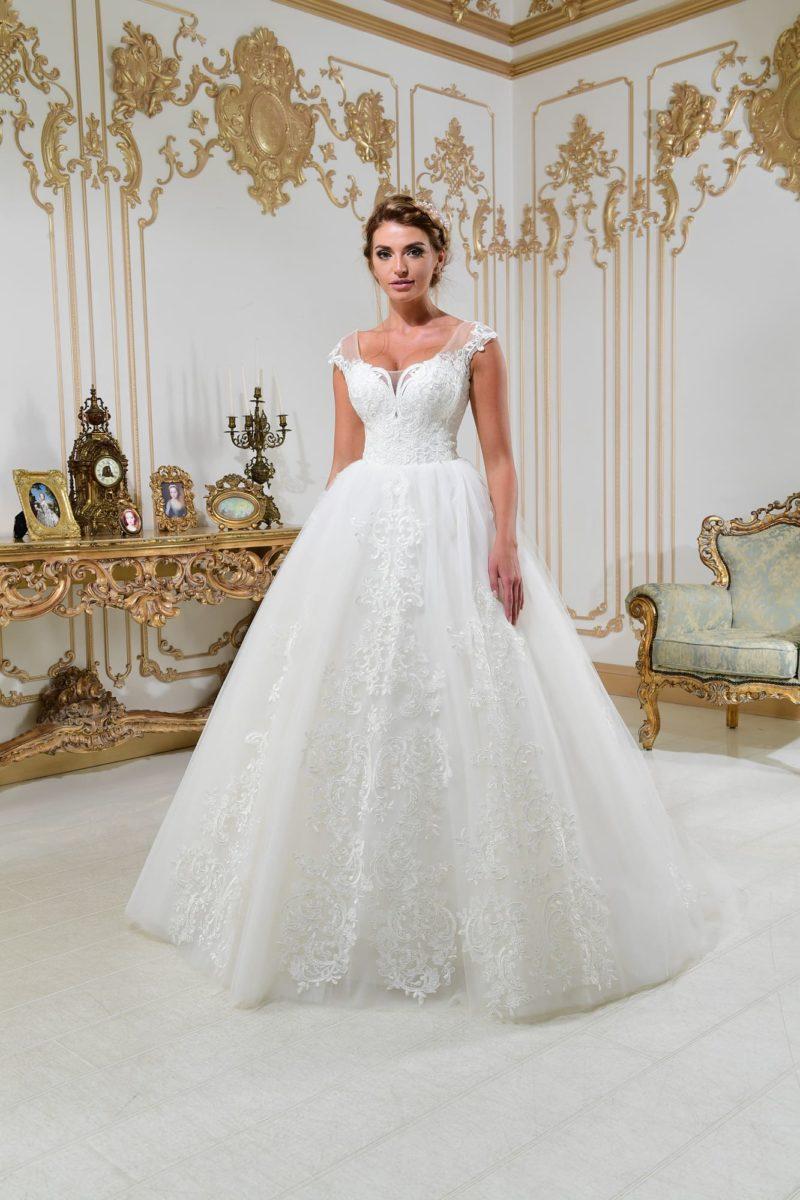 Свадебное платье А-силуэта с кружевным декором и небольшим пышным шлейфом.