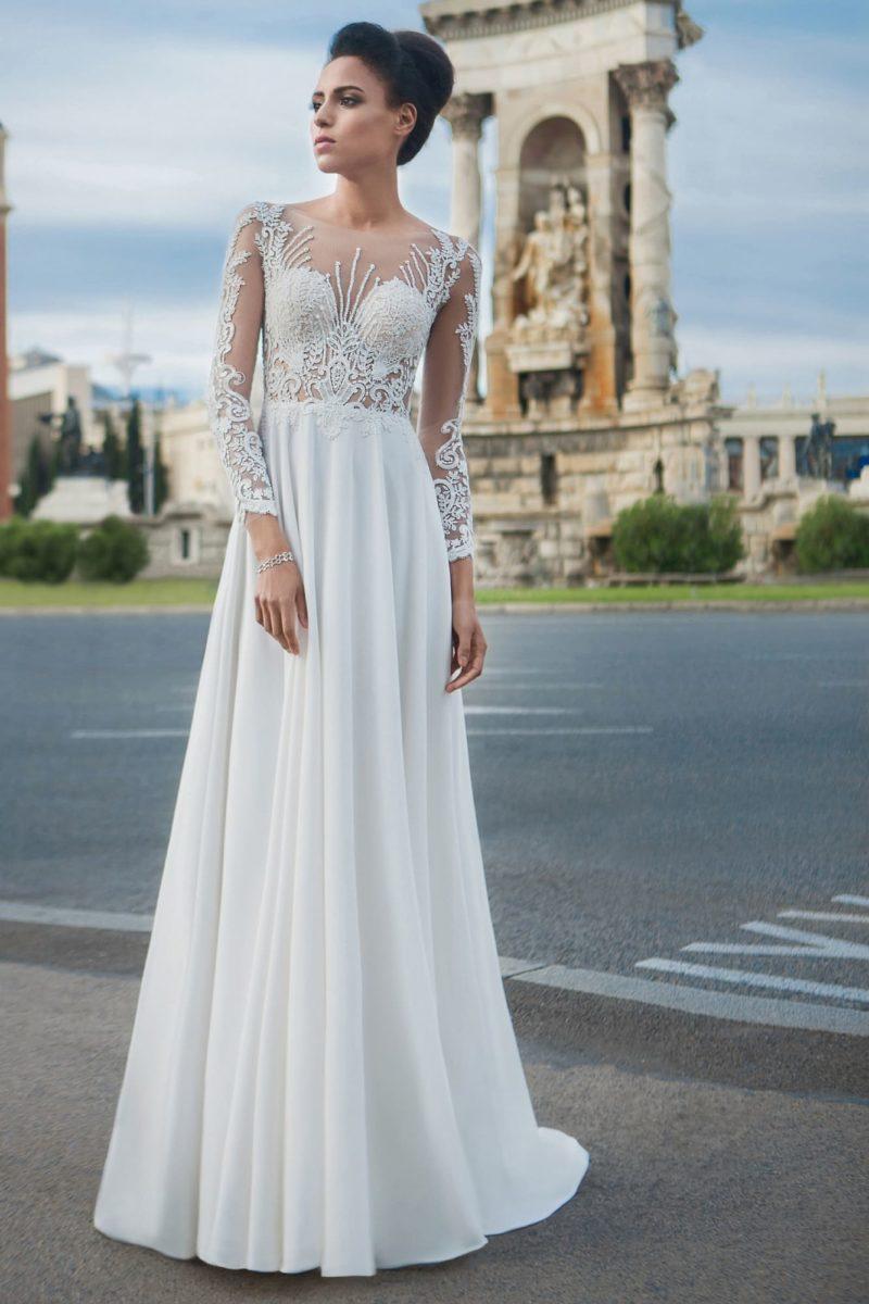 Свадебное платье прямого кроя с полупрозрачным рукавом и округлым вырезом.