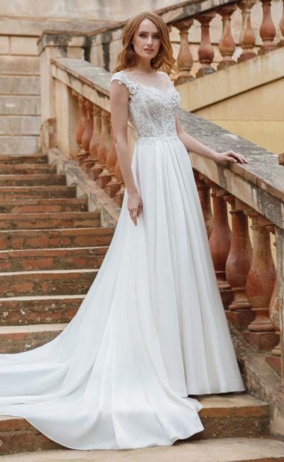 Свадебное платье А-силуэта с кружевным лифом и фигурными бретельками.