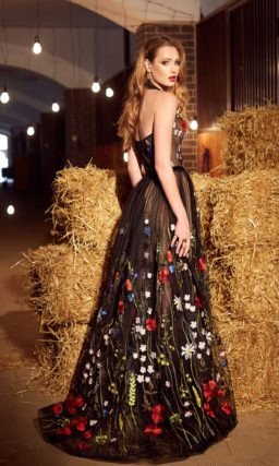 Вечернее платье с разноцветной вышивкой в роли отделки и открытым лифом.