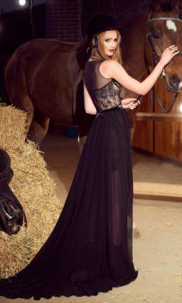 Черное вечернее платье прямого силуэта с кружевным декором и разрезами на юбке.