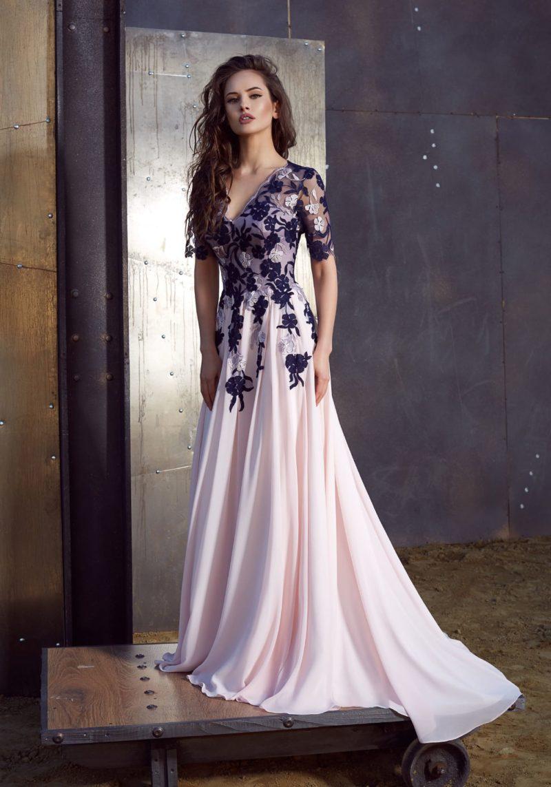 Розовое вечернее платье А-силуэта с синей отделкой по верху с рукавом до локтя.