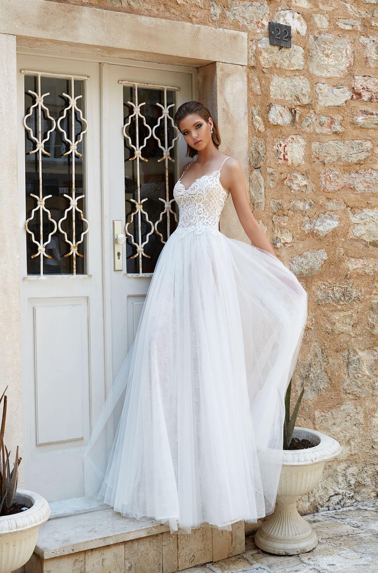 e00ffb7c89ba13c Свадебное платье А-силуэта с узкими бретельками и округлым вырезом на спинке  платья.