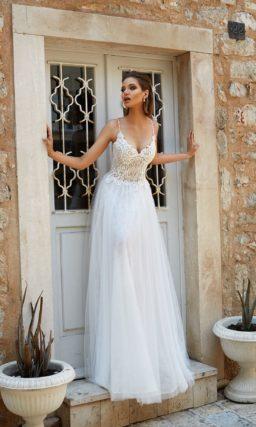 Свадебное платье А-силуэта с узкими бретельками и округлым вырезом на спинке платья.