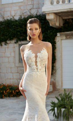 Свадебное платье-трансформер с кружевной отделкой верха и глубоким вырезом.