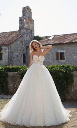 Свадебное платье пышного силуэта с изысканным кружевным корсетом.