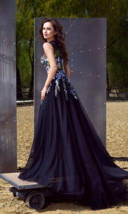 Темно-синее вечернее платье «принцесса» с разноцветной отделкой по корсету.