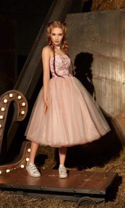 Открытое вечернее платье в персиковых тонах с роскошной пышной юбкой миди.