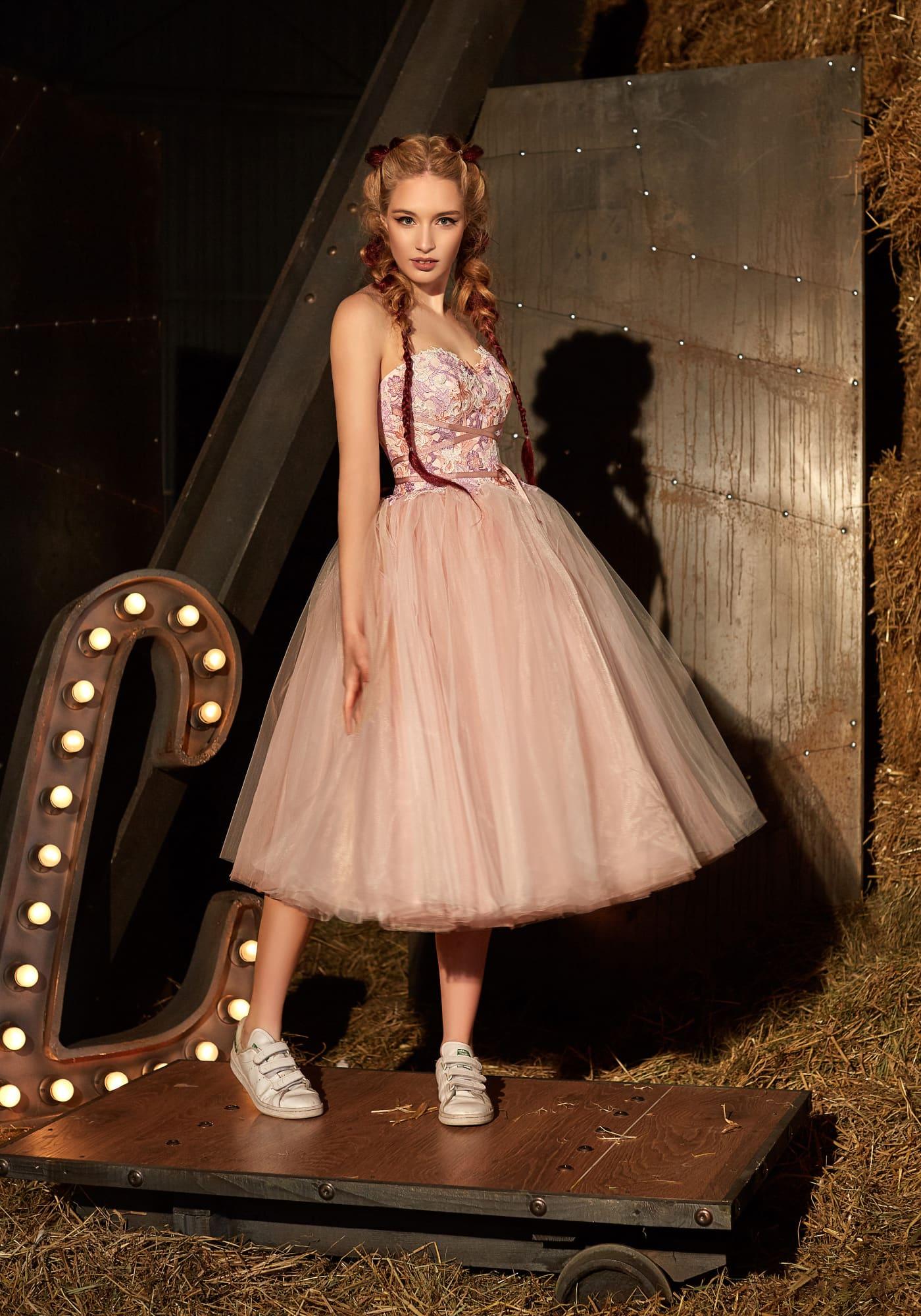 e7304db724db227 Открытое вечернее платье в персиковых тонах с роскошной пышной юбкой миди.