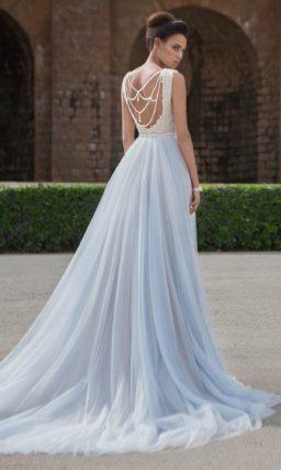 Свадебное платье с глубоким вырезом, оригинальной спинкой и юбкой «принцесса».
