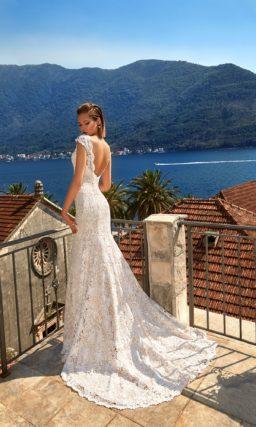 Свадебное платье «рыбка» с глубоким вырезом, полностью покрытое кружевом.