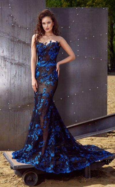 Открытое вечернее платье силуэта «русалка» с отделкой кружевными аппликациями.