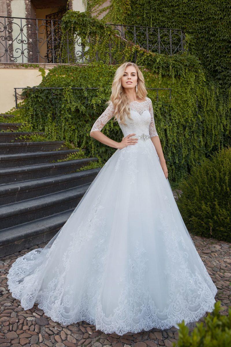 Свадебное платье с кружевными рукавами и портретным вырезом декольте.