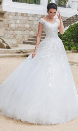 Свадебное платье А-силуэта с кружевным декором верха и роскошной юбкой.