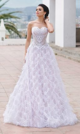 Свадебное платье А-силуэта с кружевным корсетом и необычной фактурной юбкой.