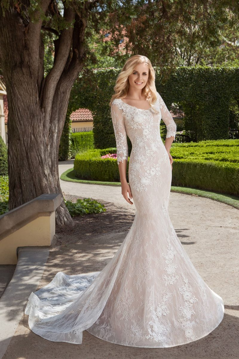 Свадебное платье «рыбка» с чувственным вырезом сзади и длинным шлейфом.
