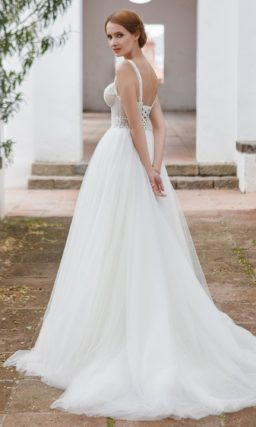 Свадебное платье А-силуэта с открытым верхом и роскошной тюльмариновой юбкой.