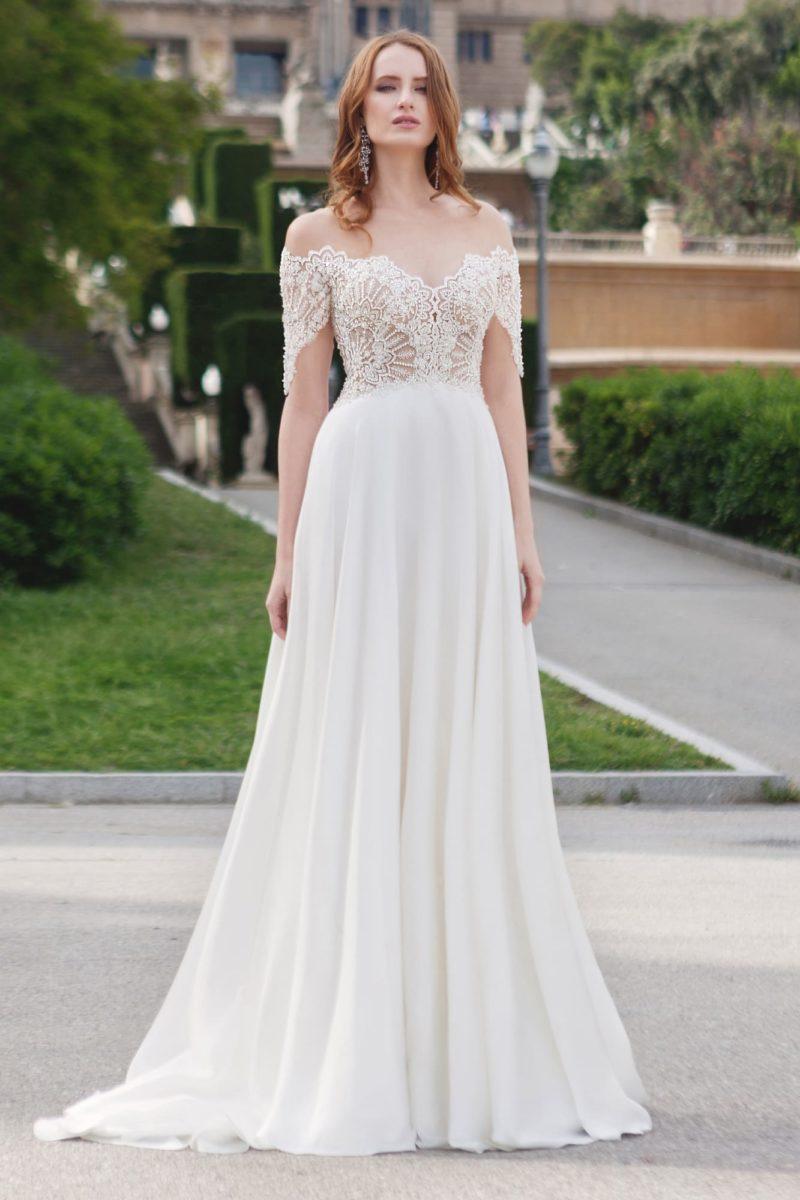 Свадебное платье А-силуэта с элегантным портретным вырезом и коротким рукавом.