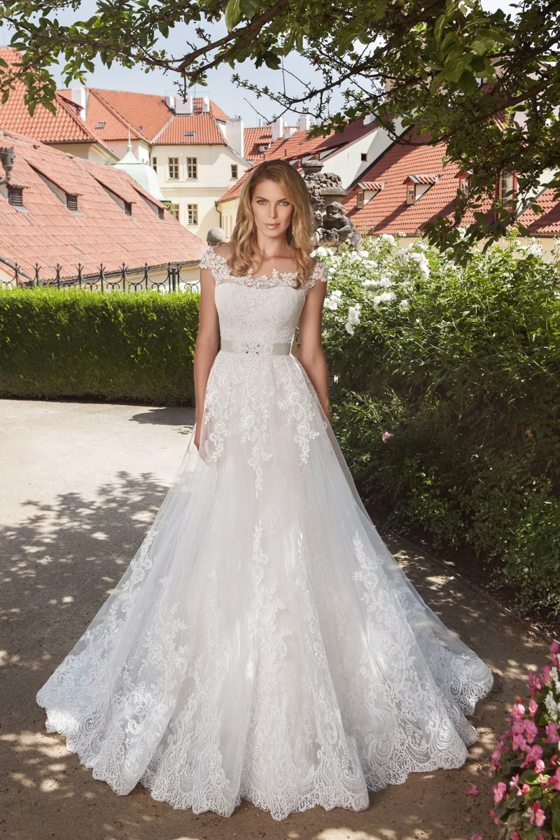 Свадебное платье А-силуэта с эффектным подолом и поясом из атласной ткани.
