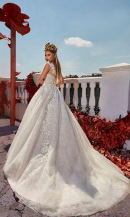 Свадебное платье с кружевным декором закрытого лифа и роскошной юбкой со шлейфом.