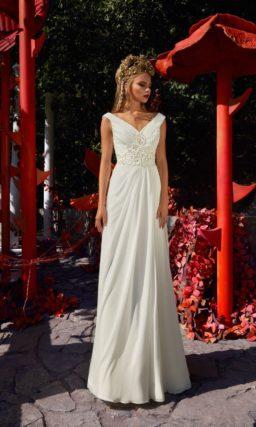 Свадебное платье прямого кроя с V-образным вырезом и широким поясом.