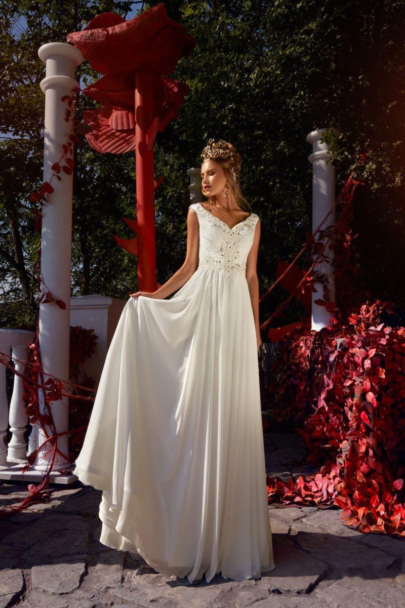 Свадебное платье с прямой юбкой из шифона и изящным V-образным вырезом.