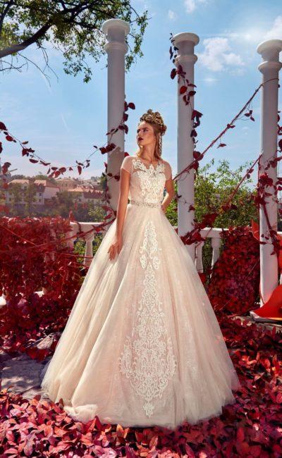 Свадебное платье розового цвета с силуэтом «принцесса» и коротким рукавом.