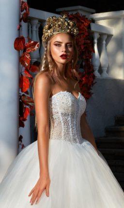 Свадебное платье пышного силуэта с открытым корсетом и многослойным низом.