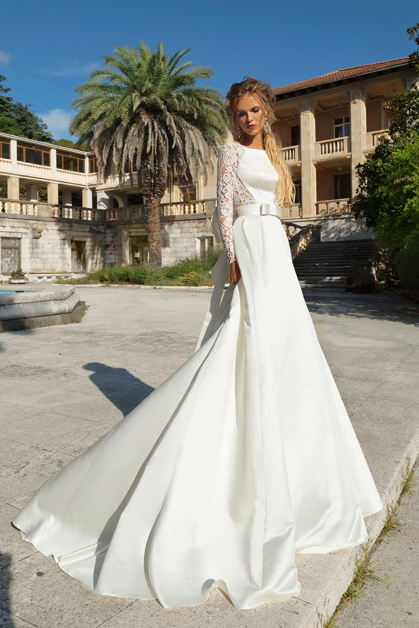 e07d9e92fbb17e7 Свадебное платье с эффектной кружевной спинкой и поясом, украшенным бантом.