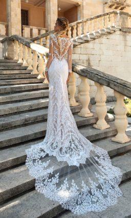 Кружевное свадебное платье облегающего силуэта с длинным рукавом и шлейфом.