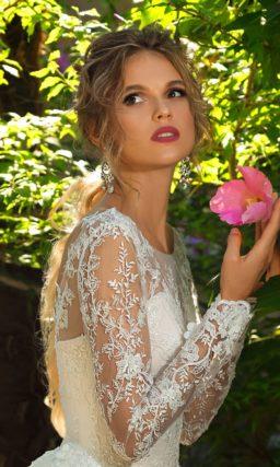 Свадебное платье с деликатным декором закрытого верха с длинным рукавом.